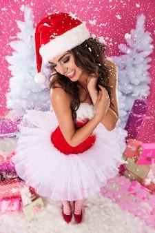Vrouwelijke kerstman poseren