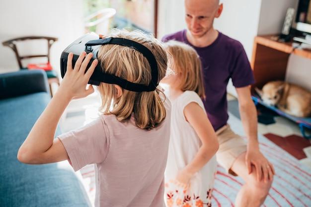 Vrouwelijke kinderen binnen gebruikende 3d kijker