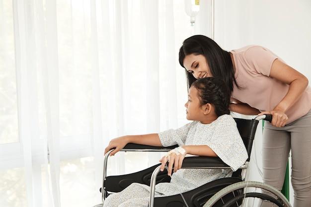 Vrouwelijke kindpatiënt in rolstoel