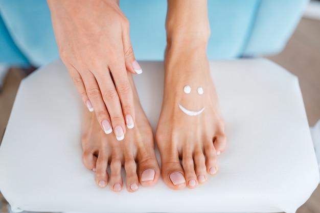 Vrouwelijke klant, perfect gemaakte nagels in schoonheidssalon