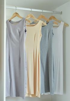 Vrouwelijke kleding op hangers in kledingkast