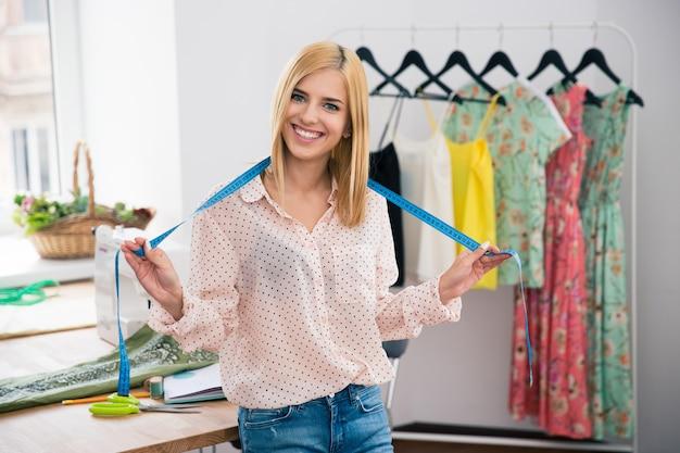 Vrouwelijke kleermaker permanent in werkplaats