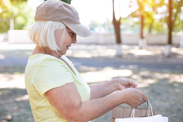 Vrouwelijke koerier bezorgt boodschappen. levering van vers voedsel concept