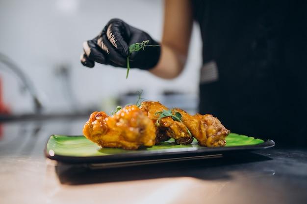 Vrouwelijke kok in de keuken in een café