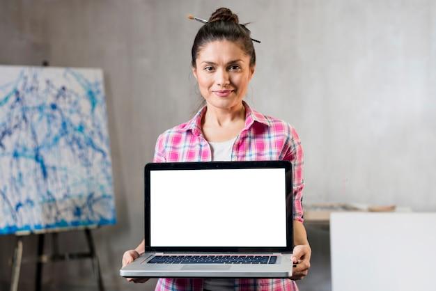 Vrouwelijke kunstenaar die laptop voorstelt
