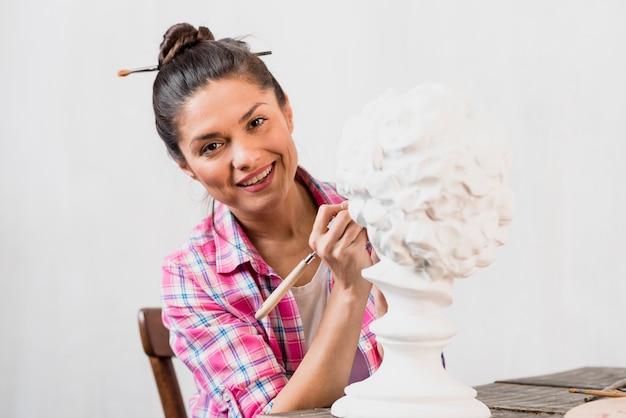 Vrouwelijke kunstenaar en beeldhouwkunst