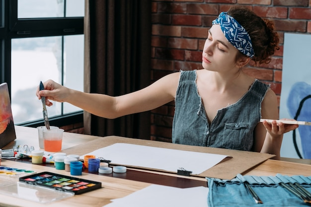 Vrouwelijke kunstenaar schilderen in creatieve werkruimte