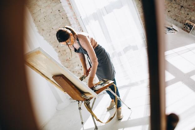 Vrouwelijke kunstenaar schilderij in studio