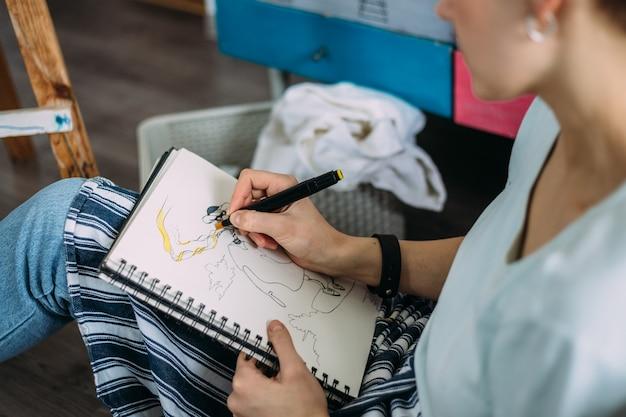 Vrouwelijke kunstenaar tekent schets vrouwelijke kunstenaar maakt een schets