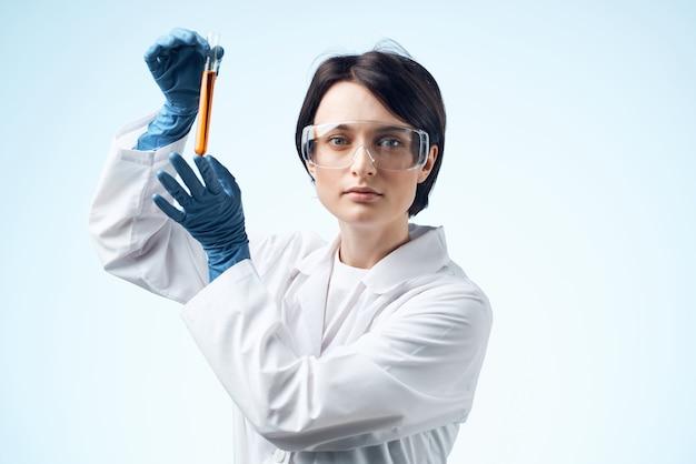 Vrouwelijke laboratoriumassistent microscoop onderzoek biotechnologie niets