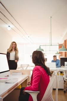 Vrouwelijke leidinggevenden die met elkaar omgaan