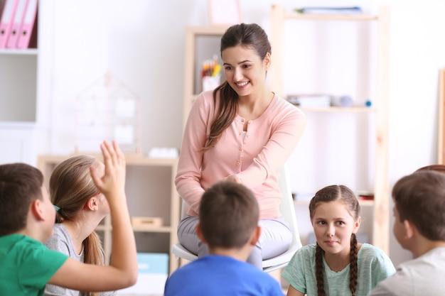 Vrouwelijke leraar die les geeft op school