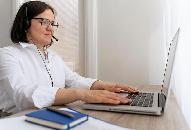 Vrouwelijke leraar die online lessen doet