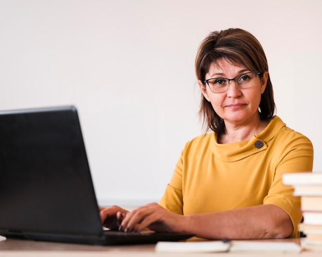 Vrouwelijke leraar met laptop
