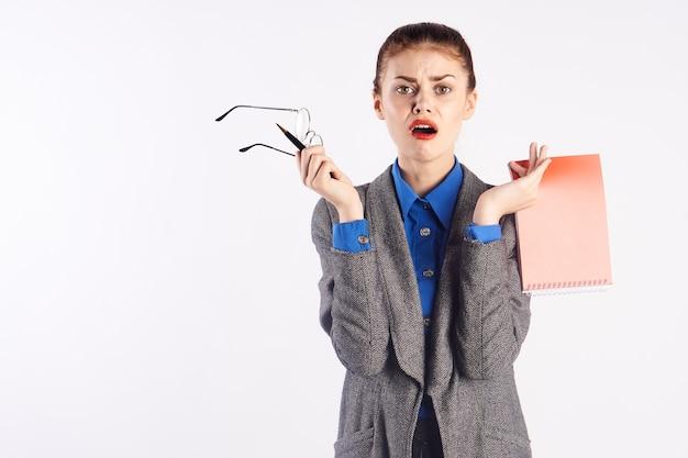 Vrouwelijke leraar onderwijs wetenschap blocnote klassiek pak blauw overhemd bril vrouw