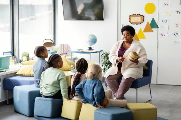 Vrouwelijke leraar uit te leggen aan haar leerlingen
