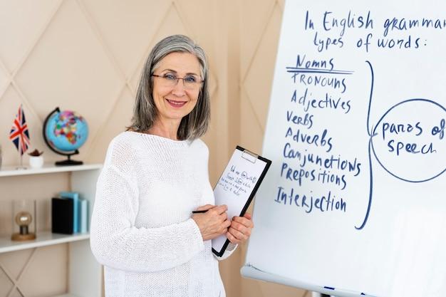 Vrouwelijke lerares engels doet haar lessen online
