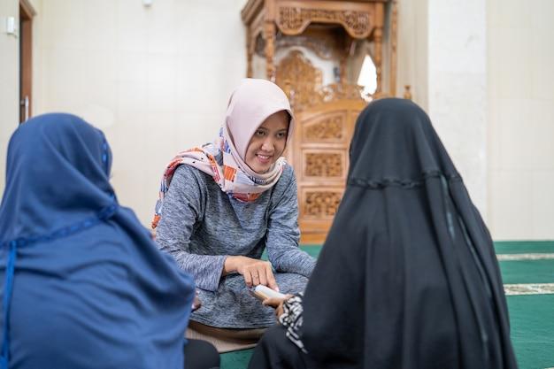 Vrouwelijke lerares leert haar leerling koran lezen