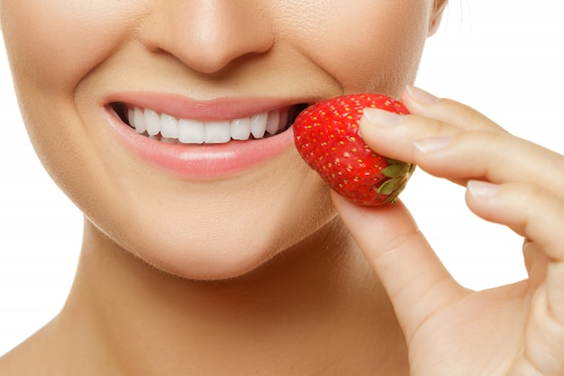 Vrouwelijke lippen en aardbeien