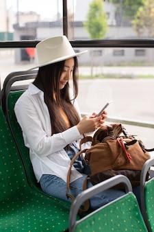 Vrouwelijke lokale reiziger die in een bus verblijft