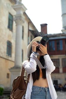Vrouwelijke lokale reiziger met een camera
