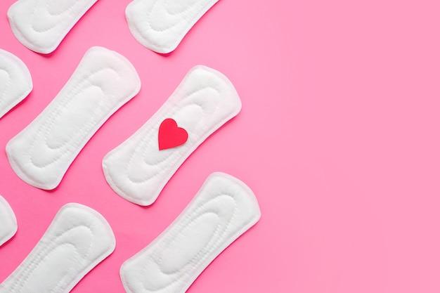 Vrouwelijke maandverband op roze