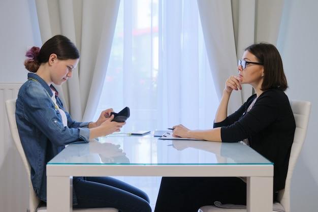 Vrouwelijke maatschappelijk werker die met een tiener spreekt