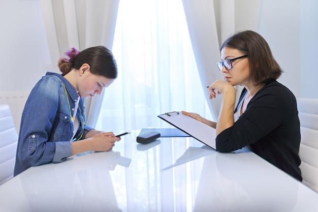Vrouwelijke maatschappelijk werker in gesprek met een tienermeisje