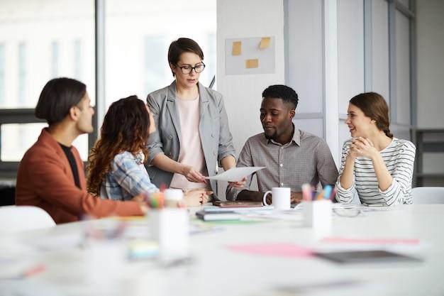 Vrouwelijke manager die met creatief team werkt