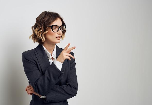 Vrouwelijke manager documenten in de hand uitvoerend kantoor. hoge kwaliteit foto