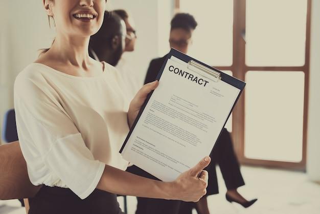 Vrouwelijke manager houdt contract. ontwikkeling van medewerkers.