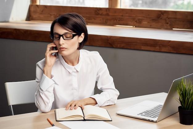 Vrouwelijke manager in de levensstijl van de kantoorsecretaris executive studio