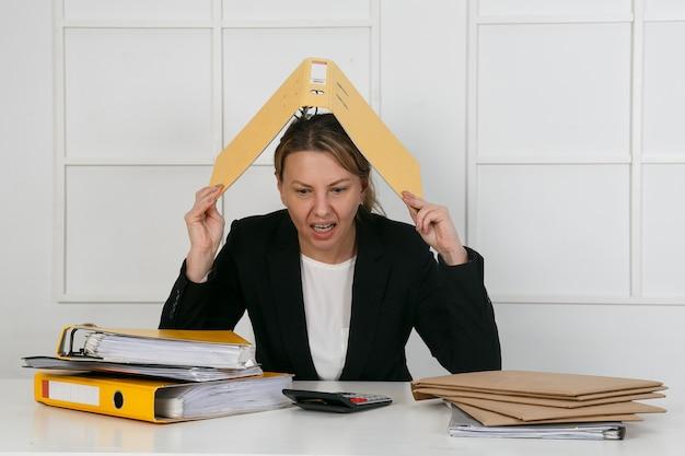 Vrouwelijke manager met documentenmap op hoofdholding hand aan hart