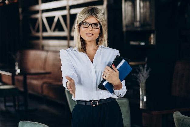 Vrouwelijke manager met mapdocumenten