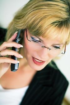 Vrouwelijke manager met mobiel