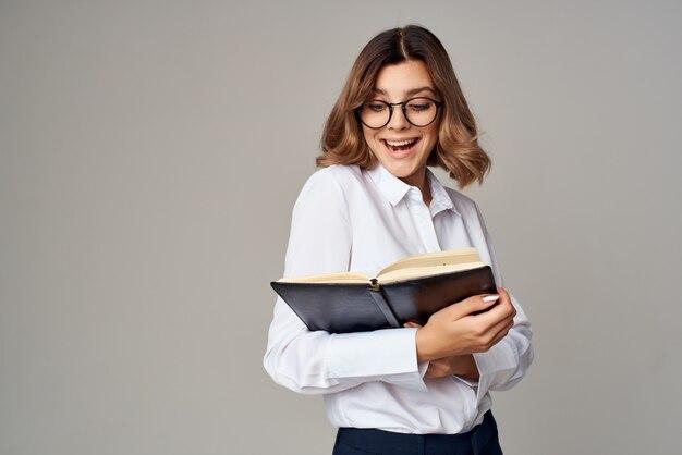 Vrouwelijke manager officiële job office succes emoties lichte achtergrond
