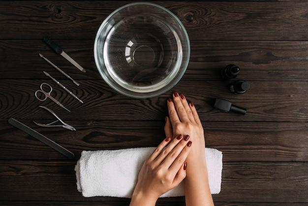 Vrouwelijke manicure. vrouwelijke handen bereid om te manicure. nagelverzorging van de handen.
