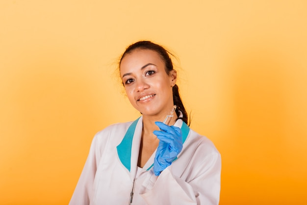 Vrouwelijke medische professionele wetenschapper-onderzoeker die een spuitinjectie, prikvaccinatie, genezing ontdekking houdt