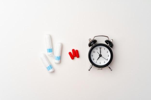 Vrouwelijke medische tampons en pijnstiller pillen bovenaanzicht