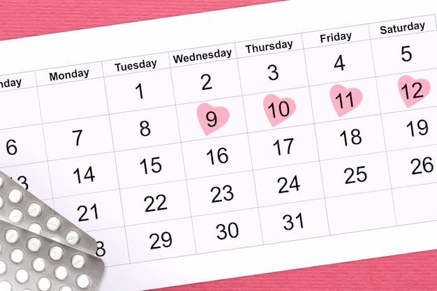 Vrouwelijke menstruatiecyclus. kalender van vrouwendagen op roze, hormonale pillen. dames gezondheid