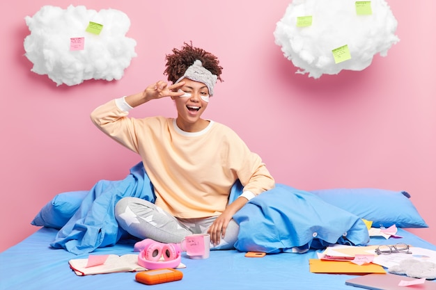 Vrouwelijke middelbare scholier of freelancer blijft thuis op zichzelf isoleren werkt in de verte