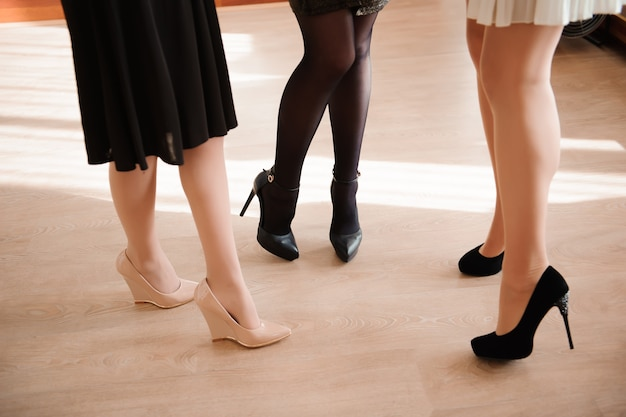 Vrouwelijke mode, close-up sexy vrouwelijke voeten