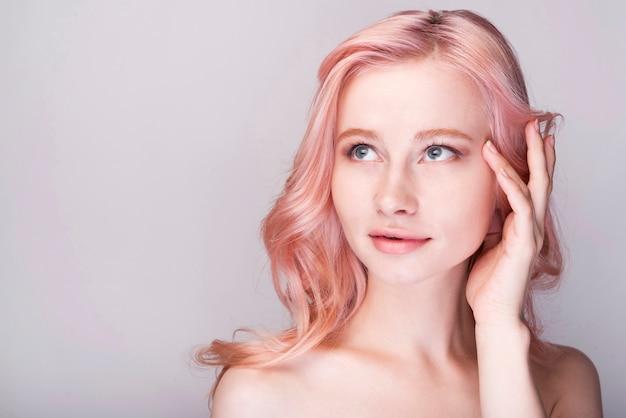 Vrouwelijke model poseren met kopie-ruimte