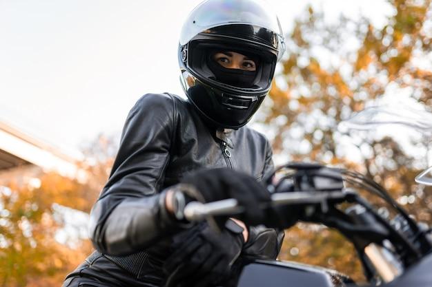 Vrouwelijke motorrijder in helm