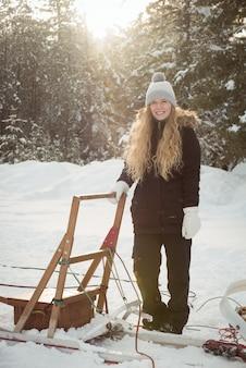 Vrouwelijke musher die zich naast ar bevindt Gratis Foto