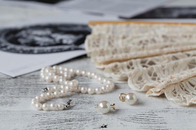 Vrouwelijke objecten die een vrouw gebruikt als voorbereiding op een bezoek aan de opera of het theater
