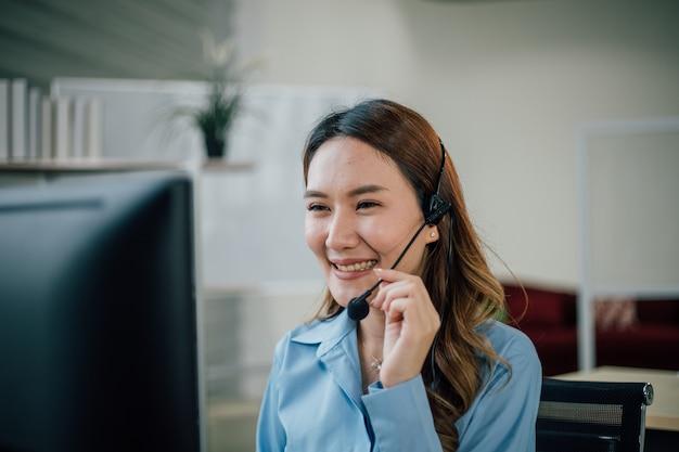 Vrouwelijke officier werken en glimlachen in het kantoor van de klantenservice.
