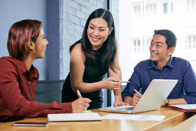 Vrouwelijke ondernemer die vergadering leidt
