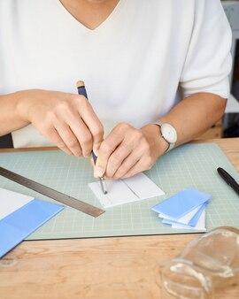 Vrouwelijke ondernemer snijden glas in artisanale werkkamer