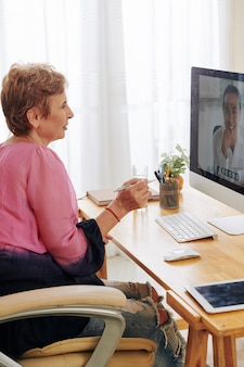 Vrouwelijke ondernemer videogesprek zakenpartner